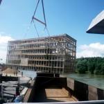 Chargement de colis lourd sur une barge en Seine