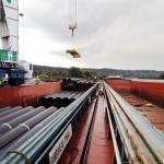 Chargement de barges de pièces usinées pour transport fluvial