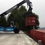 Transport de conteneurs par barges sur la Seine