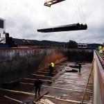 Chargement de pièces métalliques pour transport par barge